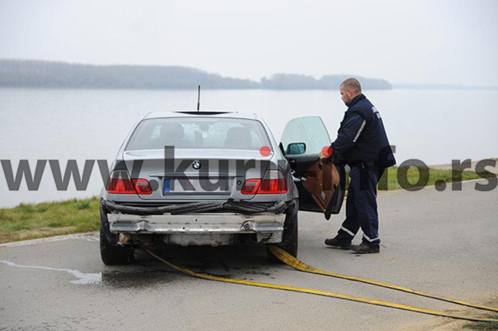 (FOTO) ZAROBLJEN U GEPEKU: Mladić pokušavao da izađe pre nego što je auto sleteo u Dunav