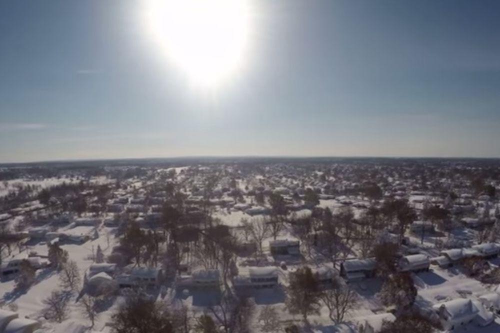 (VIDEO) NADREALNI SNIMCI: Pogledajte kako je snežna mećava od Amerike napravila belu pustinju!