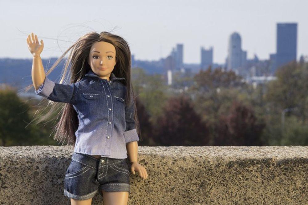AKNE, STRIJE, NORMALNE PROPORCIJE: Lutka sa celulitom koja će izbaciti Barbiku iz igre
