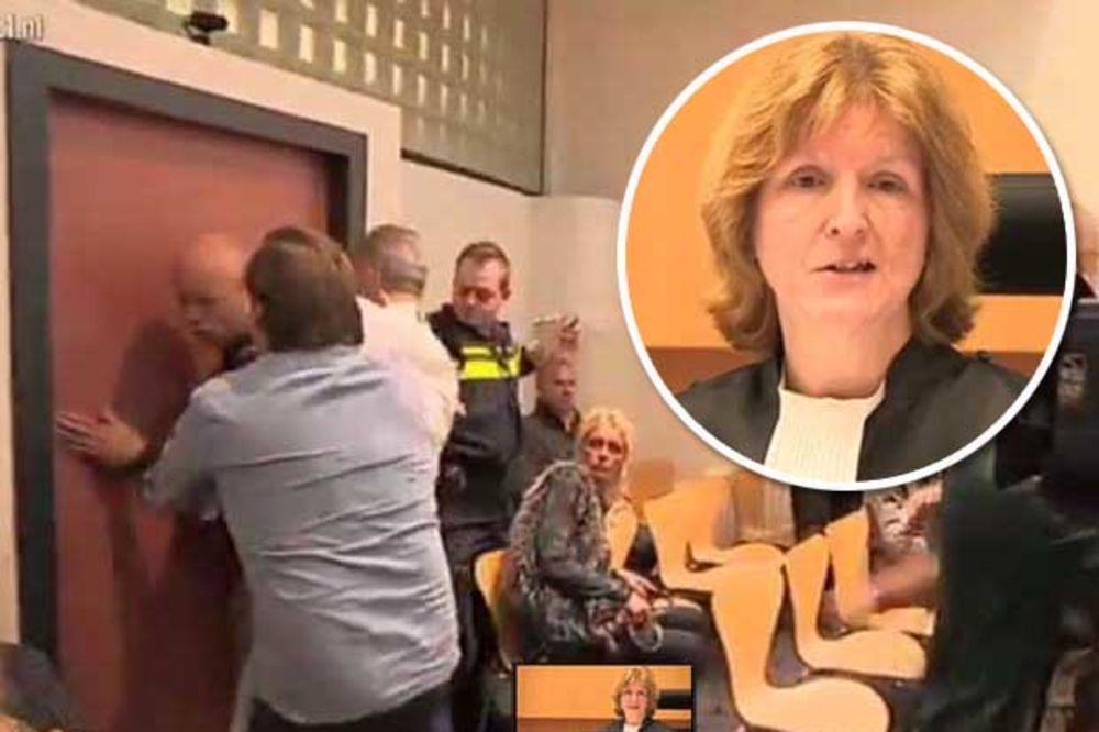 (VIDEO) OTAC U AGONIJI: Gađao sudiju stolicom zbog blage kazne ubici ćerkice