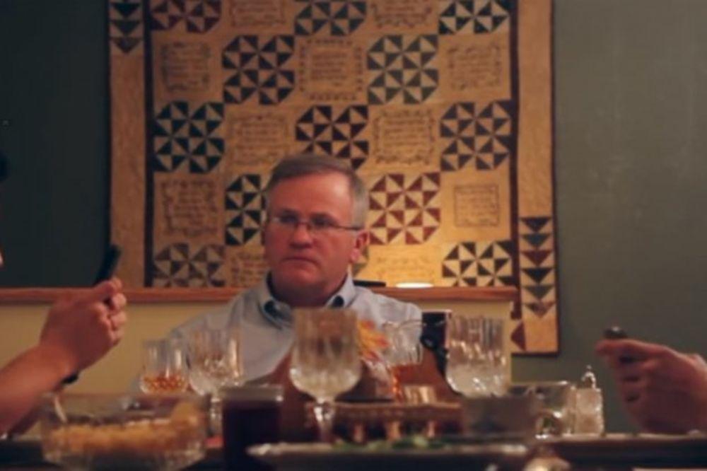 Večerao je sa sinovima koji su sve vreme čačkali mobilne telefone. Pogledajte šta je otac uradio...