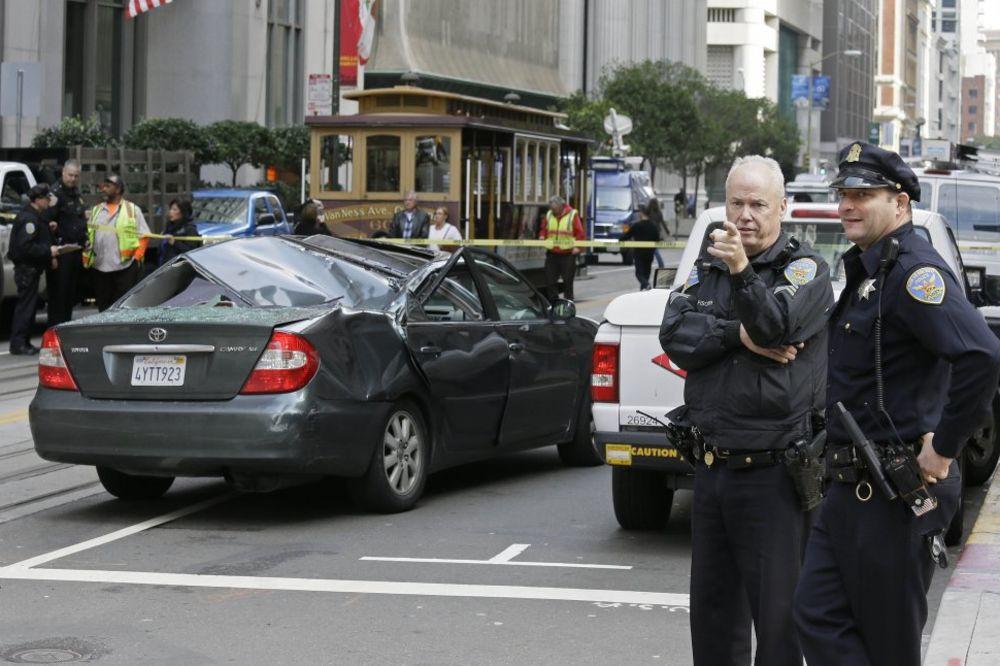 VIŠE SREĆE NEGO PAMETI: Amerikanac pao sa 11. sprata na auto u pokretu i ostao živ!