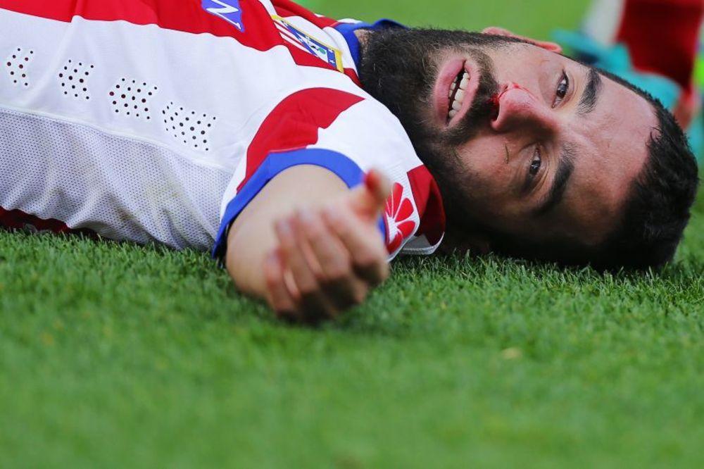 (VIDEO) ČOVEK STENA: Arda Turan pao u nesvest, pa se vratio na teren i igrao više od sata