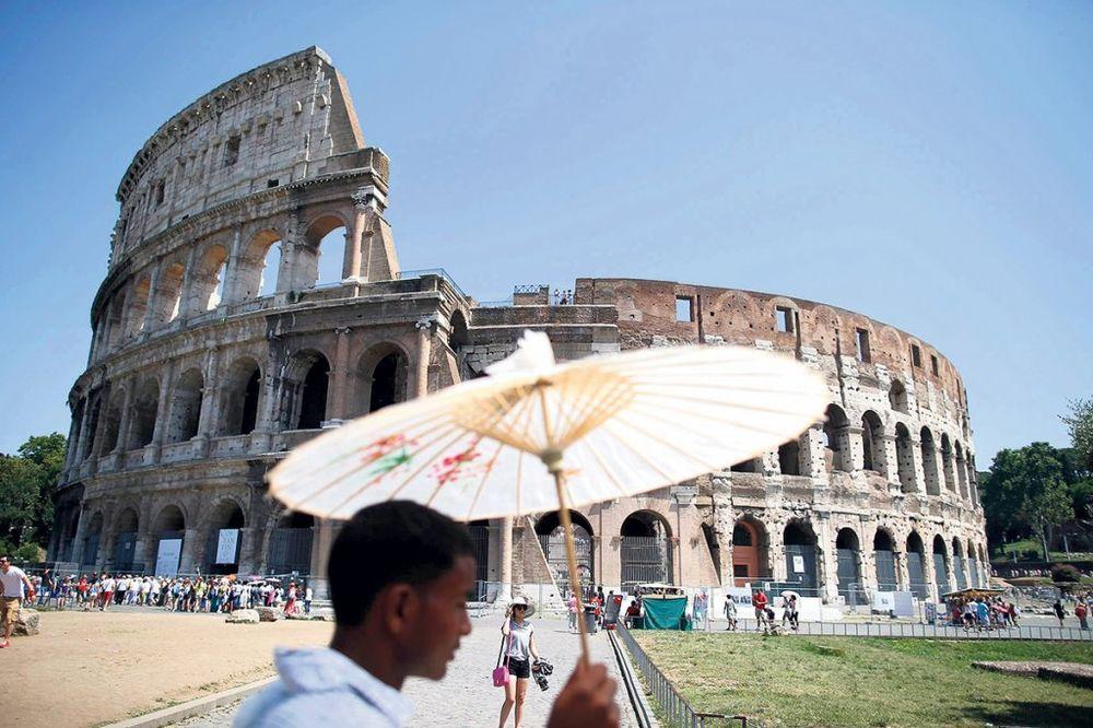 OSKRNAVIO KOLOSEUM: Ruski turista u Italiji kažnjen sa 20.000 evra!