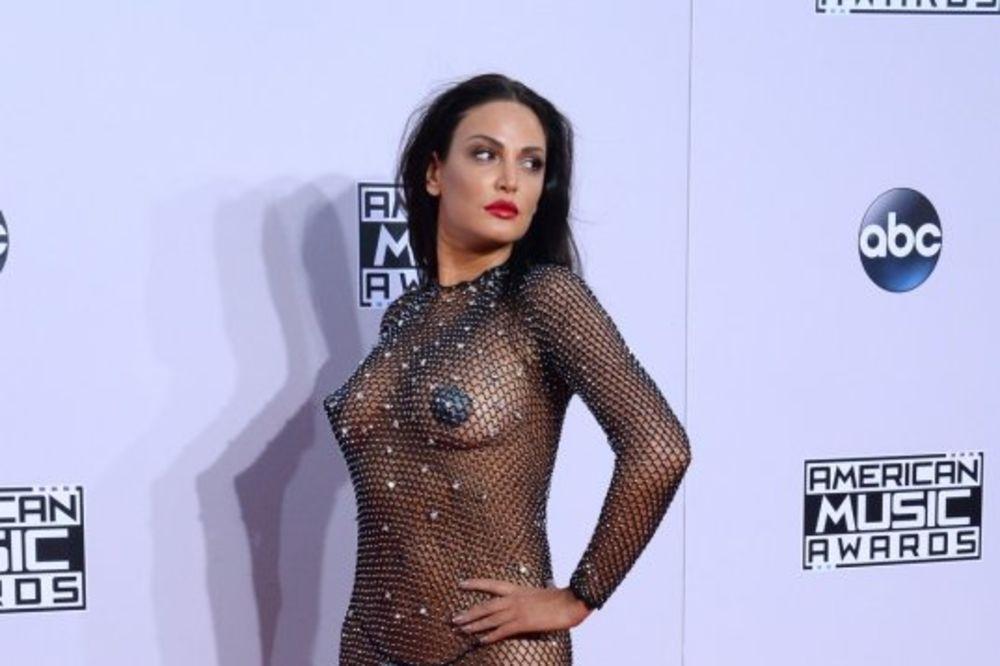 (FOTO) GOLA NA CRVENOM TEPIHU: Albanska pevačica navukla samo mrežu na sebe!