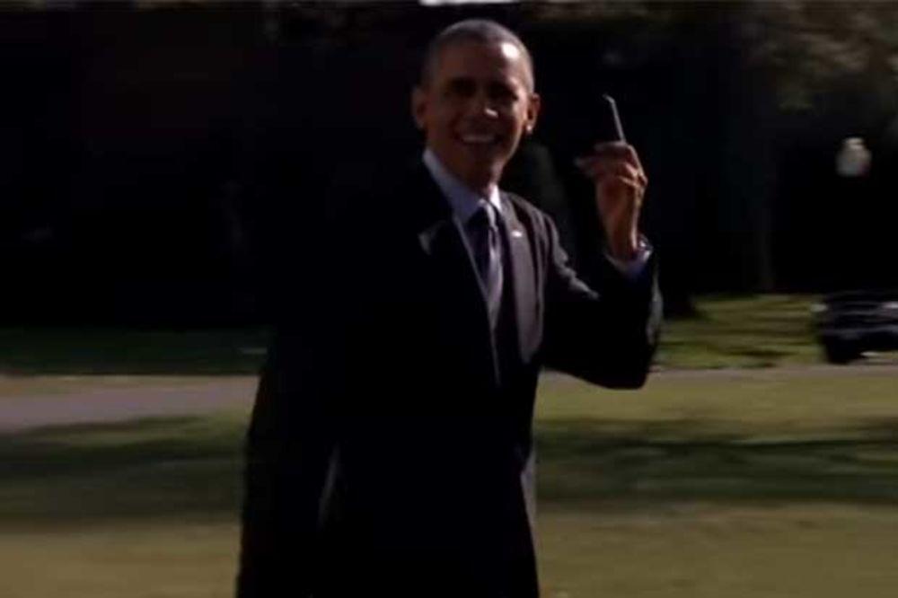 (VIDEO) NEKA ČEKA HELIKOPTER: Da vidite kako se i Obama vraća kući kad zaboravi mobilni