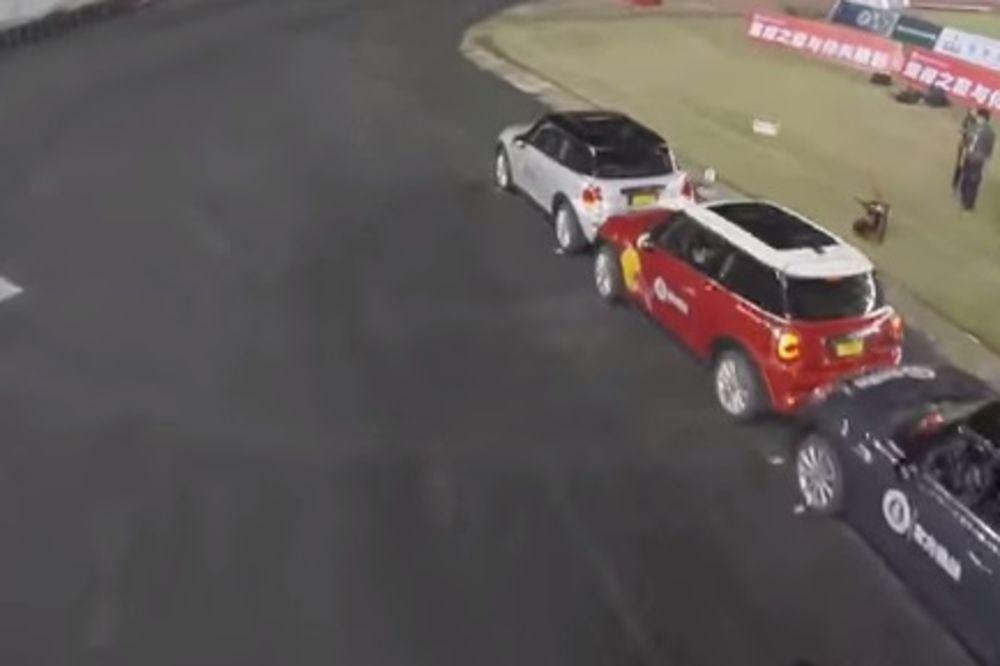 (VIDEO) OVAKO SE PARKIRA: Imao 8 centrimetara više od dužine vozila!
