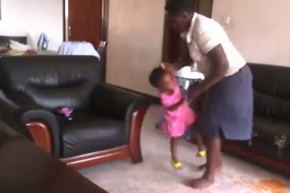 UZNEMIRUJUĆE Bebisiterka tukla, šutirala i gazila dete! Onda joj se otac devojčice brutalno osvetio!