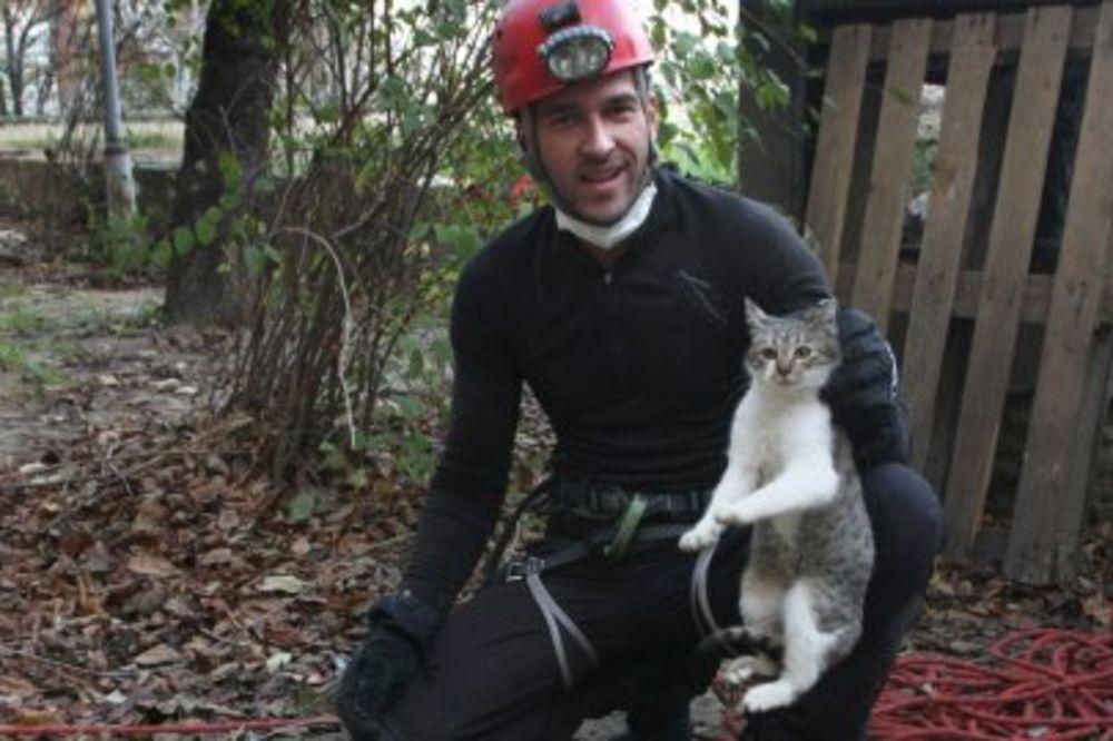 JOŠ OSAM ŽIVOTA: Posle osam meseci spasena mačka iz bunara dubokog 10 metara!
