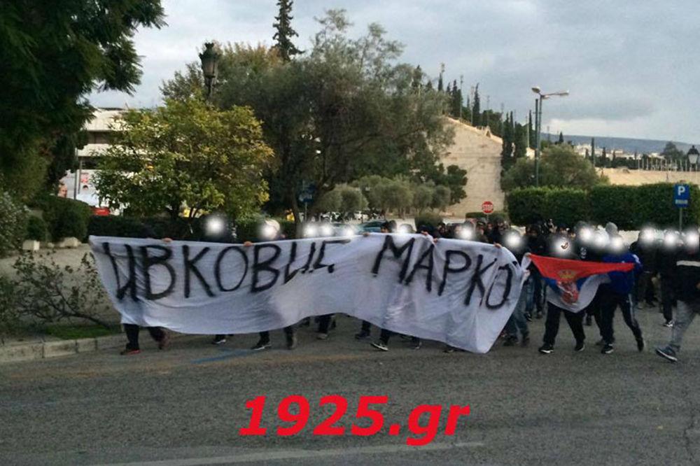 MARŠ PRED TURSKOM AMBASADOM U ATINI: Navijači Olimpijakosa protestovali sa slikom Marka Ivkovića!