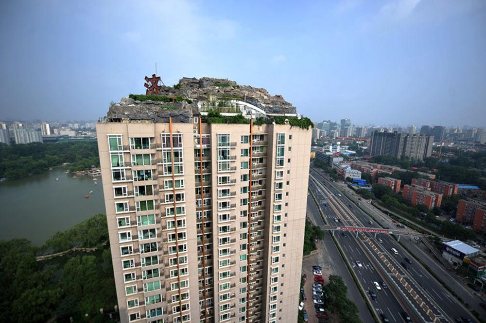 OVAJ JE OBJASNIO DIVLJU GRADNJU: Digao malo brdo na vrhu nebodera u Pekingu!