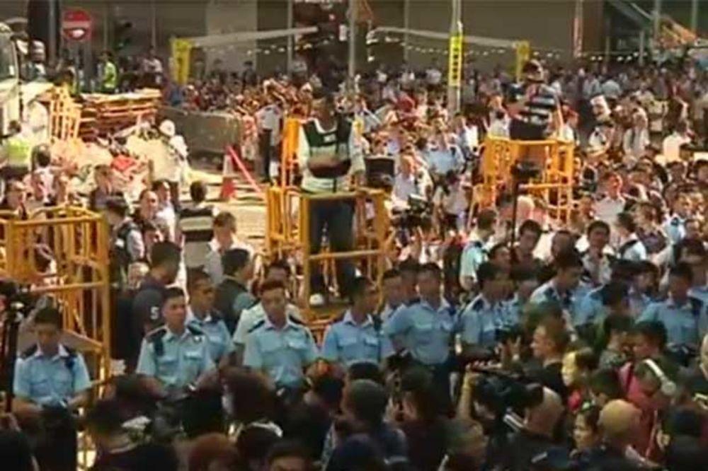 (VIDEO) U HONGKONGU RADILE MARICE: Demonstranti ometali uklanjanje barikada, pa završili u apsu