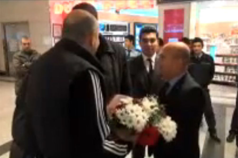 (VIDEO) ZA PRIMER: Turci buketom cveća dočekali Partizan u Istanbulu