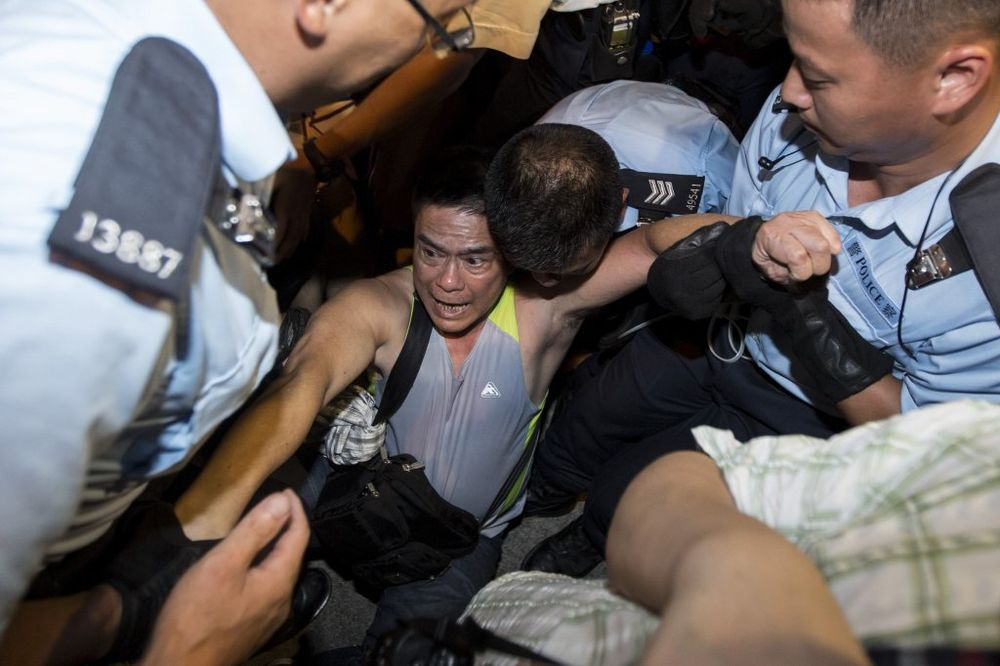 (VIDEO) DVA MESECA BLOKIRALI HONGKONG: Uhapšene vođe protesta i još 100 ljudi