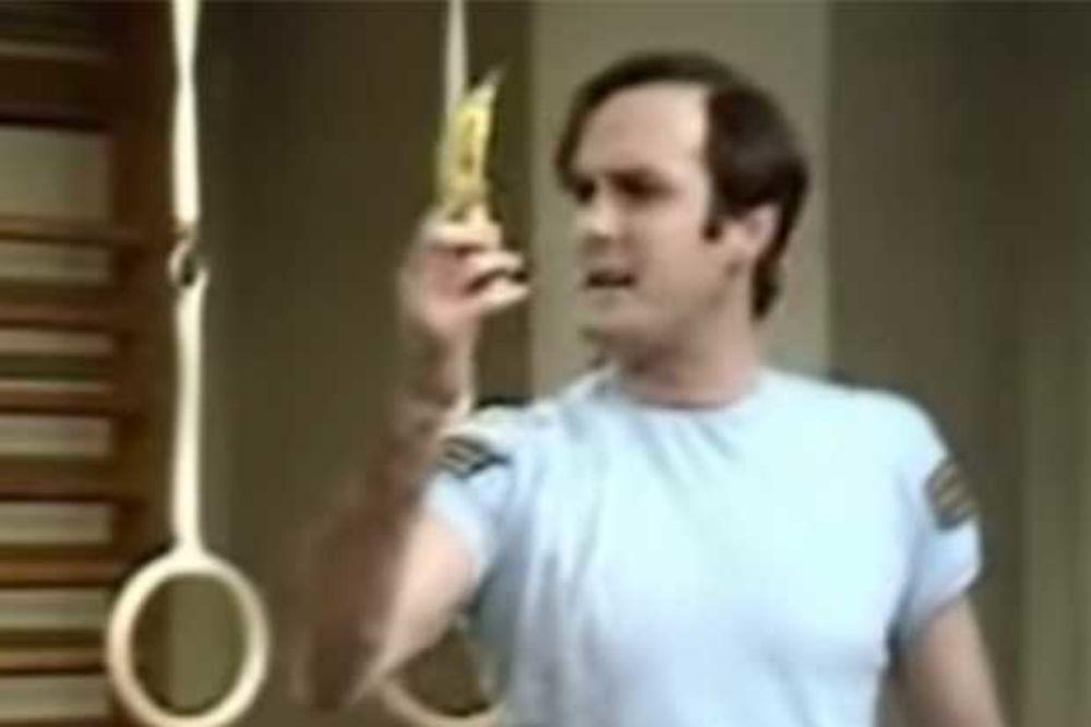 (VIDEO) NAPAD BANANOM: Amerikanac potegao voćku na šerife, zamalo ga upucali!