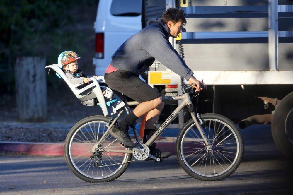 (FOTO) ON JE NAJSEKSEPILNIJI TATA HOLIVUDA: Neodoljivo druženje oca i sina