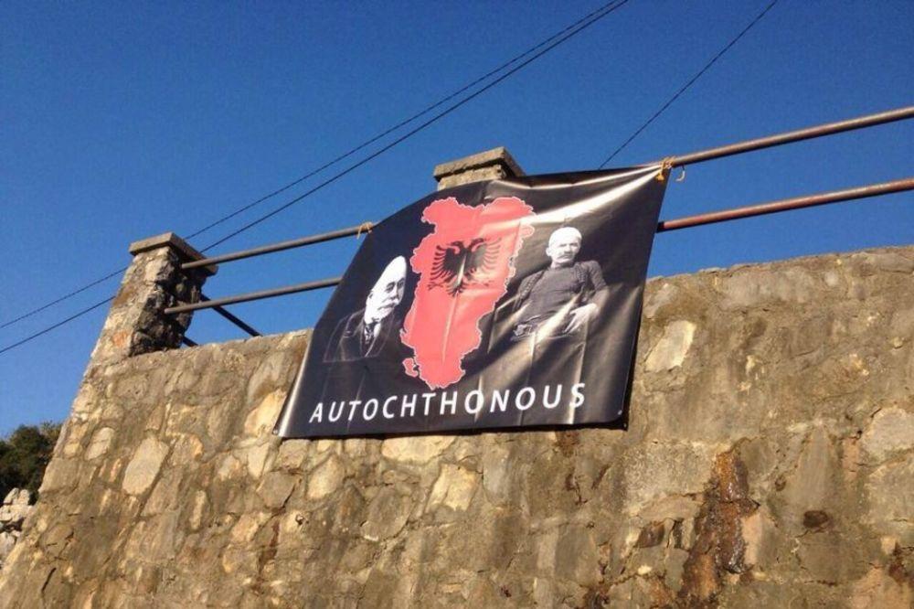 (FOTO) CRNA GORA SLAVI: Zastava velike Albanije u Tuzima