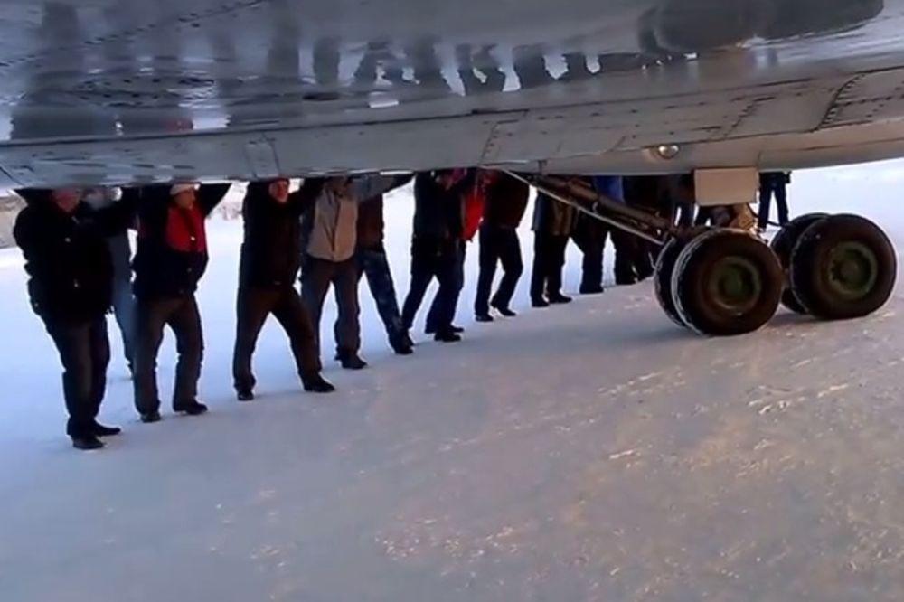 (VIDEO) NA GURKU: Pogledajte kako putnici pokreću avion u Sibiru na minus 52!