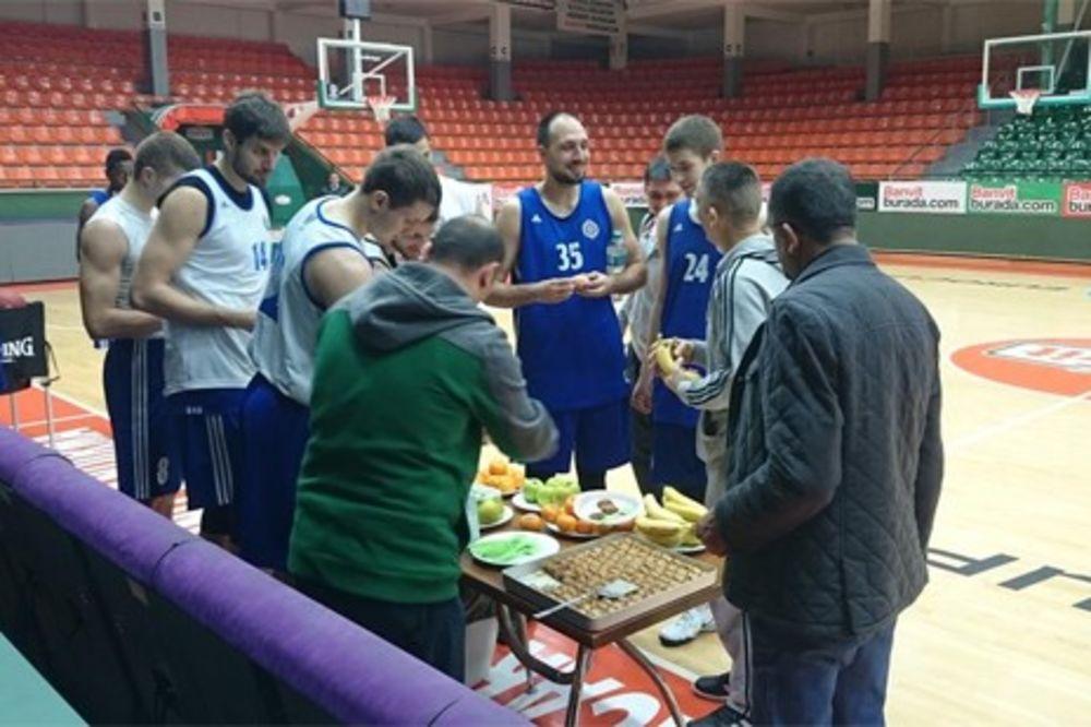 DOMAĆINSKI: Baklave i voće dočekalo košarkaše Partizana u Turskoj