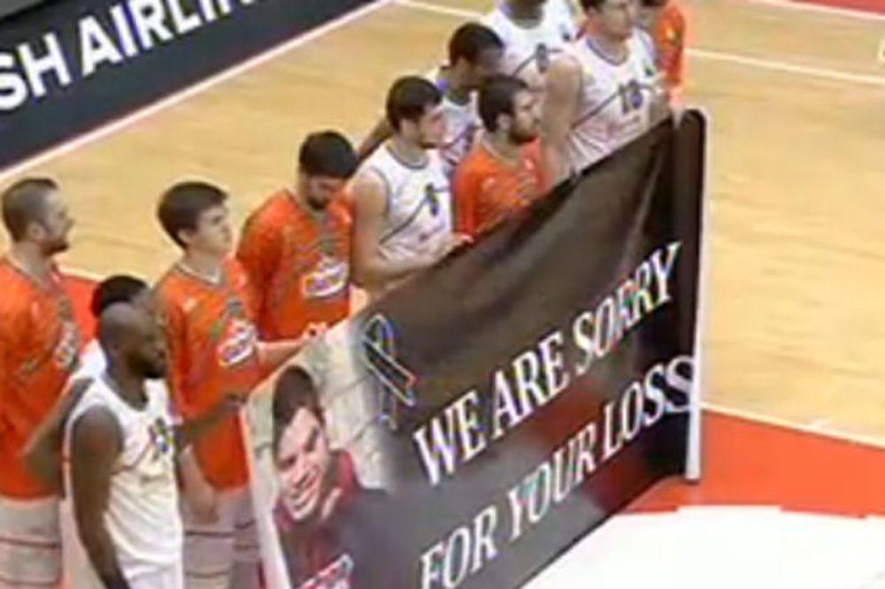 (VIDEO) ŽAO NAM JE ZBOG VAŠEG GUBITKA: Košarkaši Banvita odali poštu ubijenom navijaču Zvezde