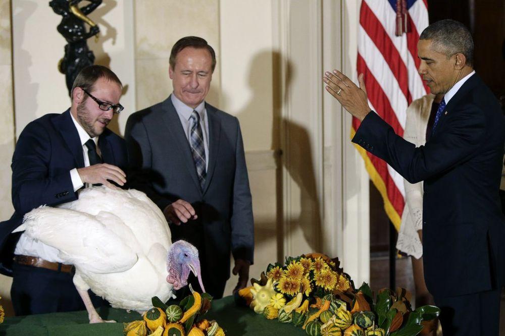 (VIDEO) POBEGLE S PANJA: Barak Obama pomilovao dve ćurke i spasao ih rerne