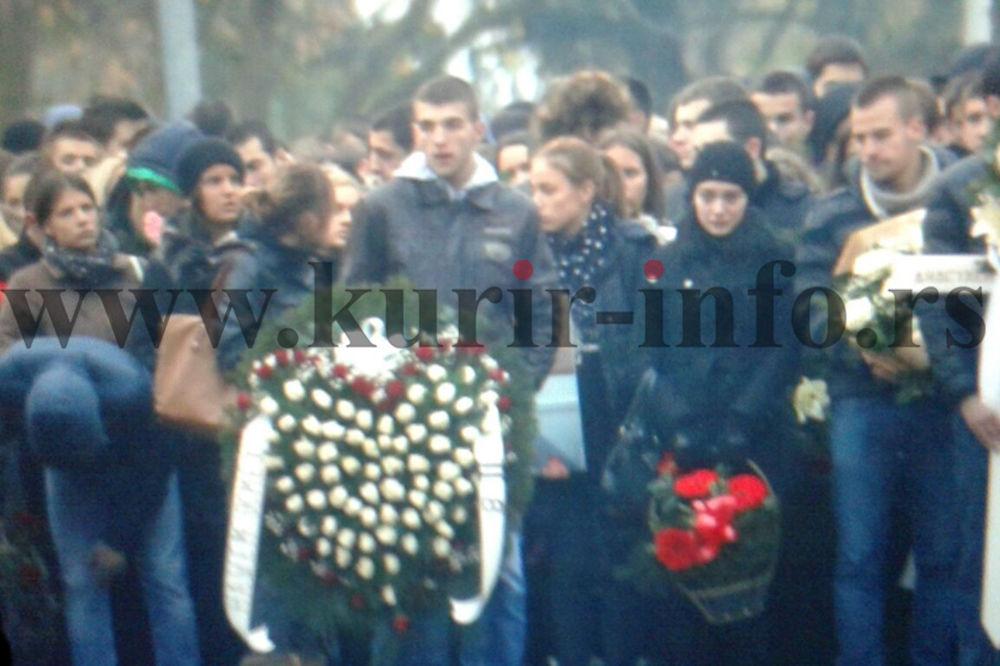 (VIDEO) POSLEDNJI ISPRAĆAJ BEBE: Sahranjena Anastasija Stajić (16), Veljko nosio venac