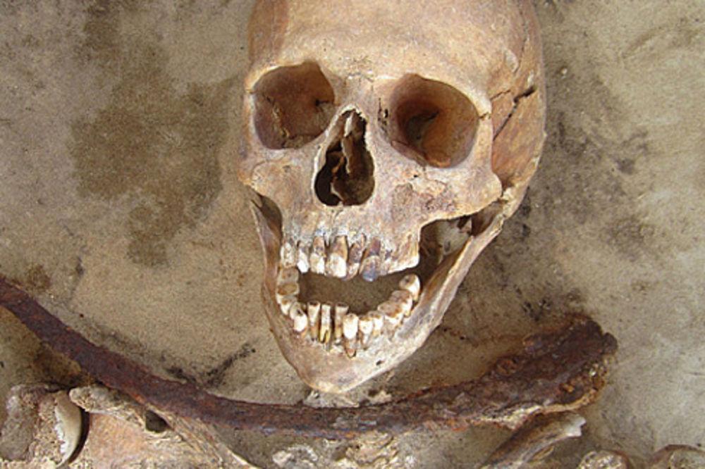 REŠENA TAJNA VAMPIRSKIH GROBOVA: U zemlji pronađeni kosturi sa srpom oko vrata!