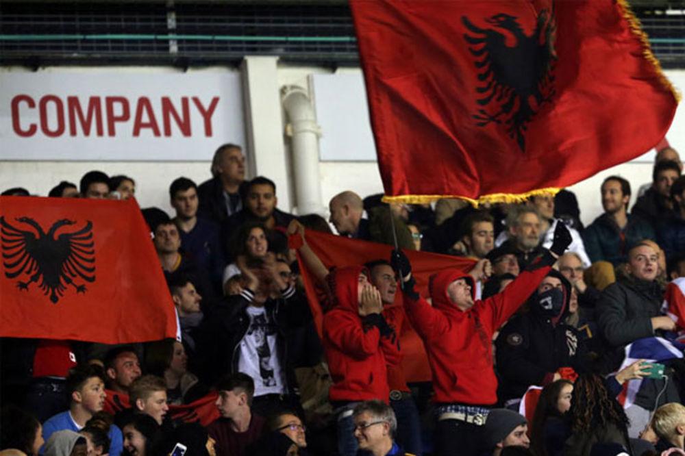 PROVOKACIJA NA VAJT HART LEJNU: Navijači Totenhema razvili albansku zastavu