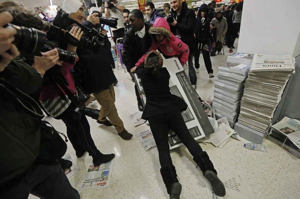 (VIDEO) HAOS ŠIROM AMERIKE I BRITANIJE: Tuče kupaca na rasprodajama, intervenisala i policija!