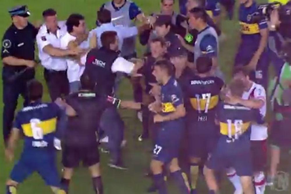 (VIDEO) DOK SU IGRAČI RIVERA SLAVILI: Fudbaleri Boke se tukli sa navijačima