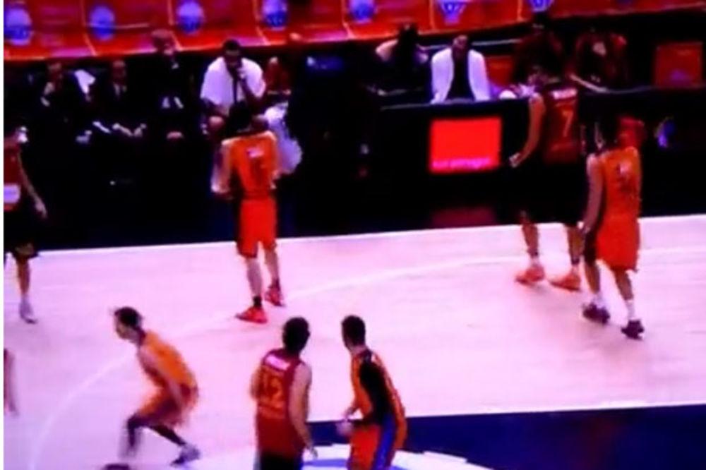 (VIDEO) UMALO NOKAUT: Košarkaš Valensije pogodio loptom u glavu Atamana