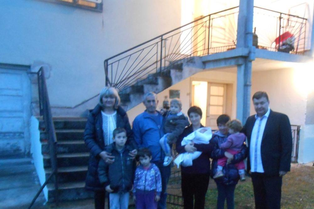 KUĆA NA DAR: Uselili se Vasilijevići sa šestoro dece