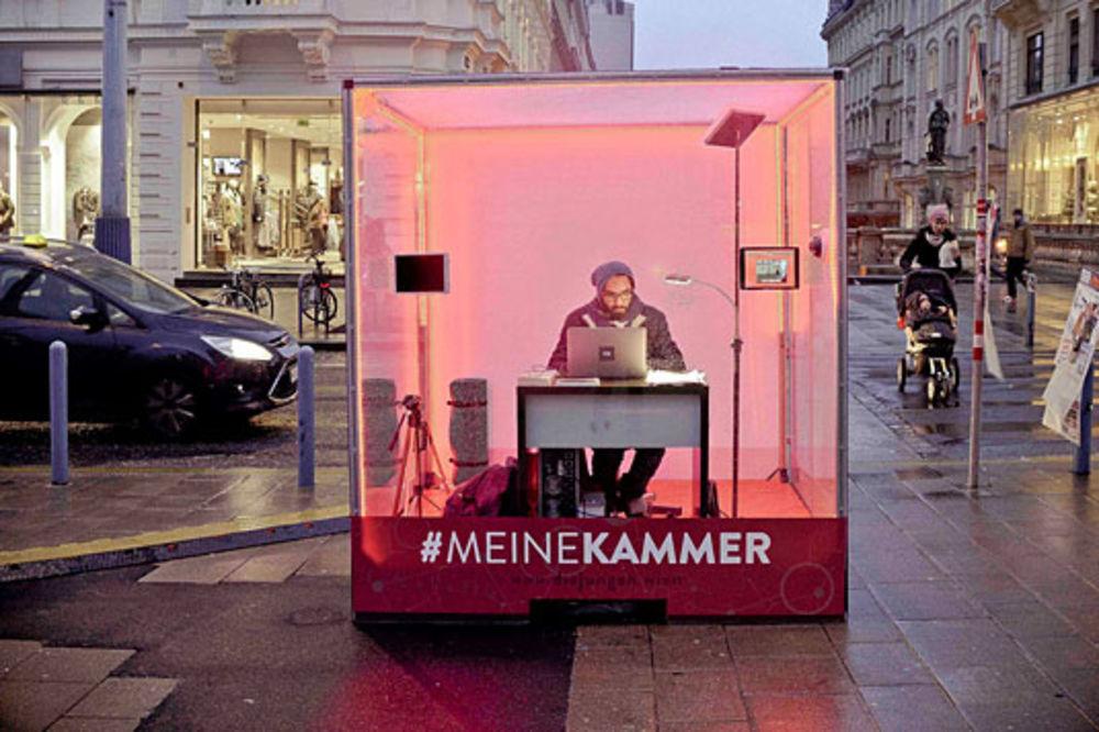 PROTEST U BEČU: Savetnik se zatvorio u plastičnu kutiju!