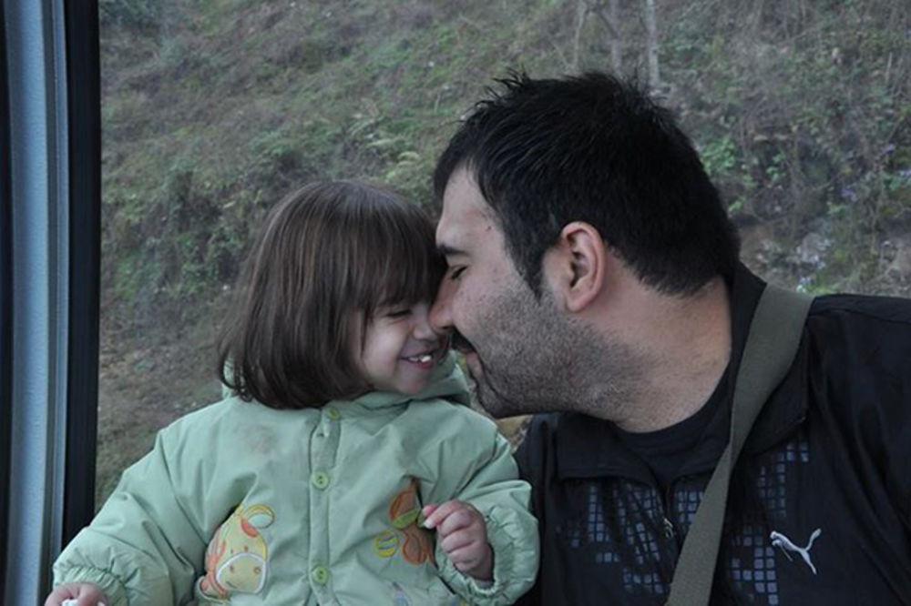 (VIDEO) U SMRT ZBOG FOTKE: Iran šalje na vešala blogera jer je sliku sa ćerkicom stavio na Fejsbuk!