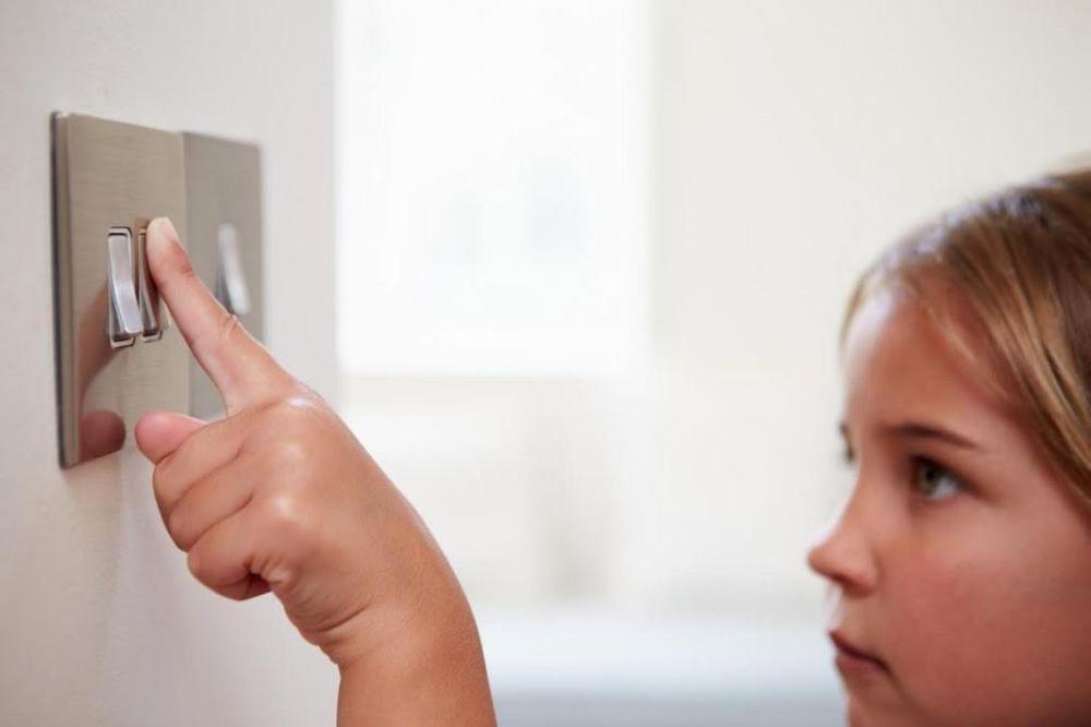 Kućni proizvodi koji ugrožavaju zdravlje Devojcica-svetloprekidac-foto-shutterstock-1417691088-595913