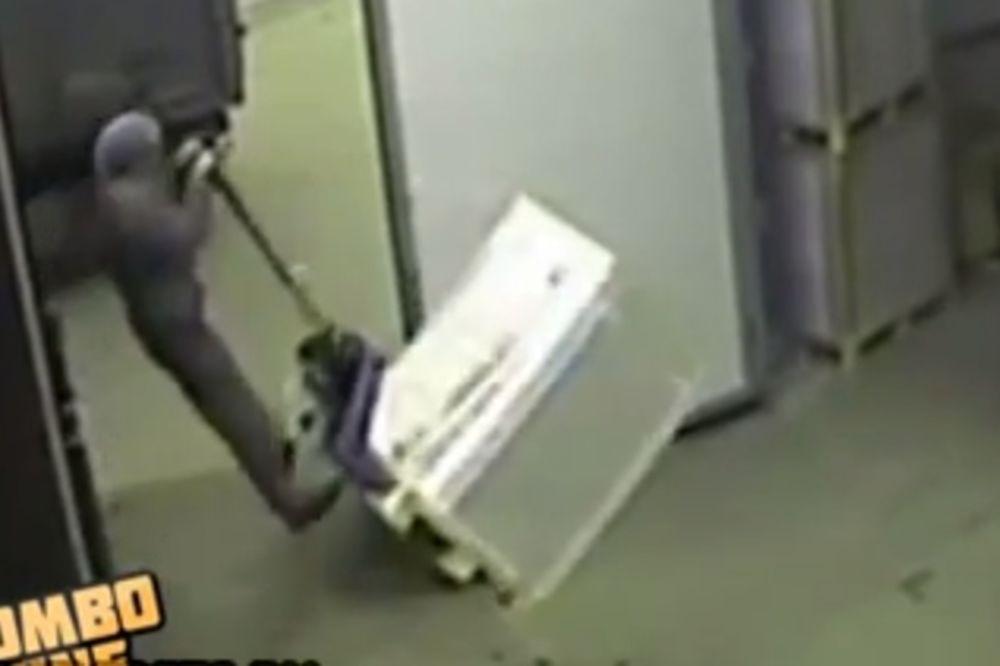 URNEBESNO: Pogledajte kako se ovaj radnik šeprtlja katapultirao!