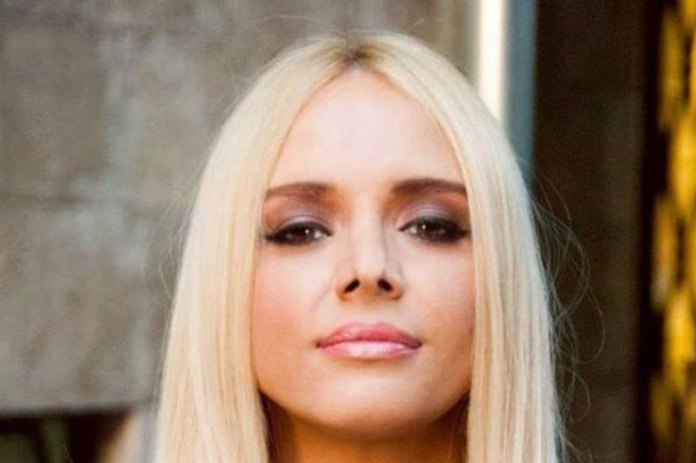 SEKSI MAMA: Ana Štajdohar pokazala bujni dekolte!