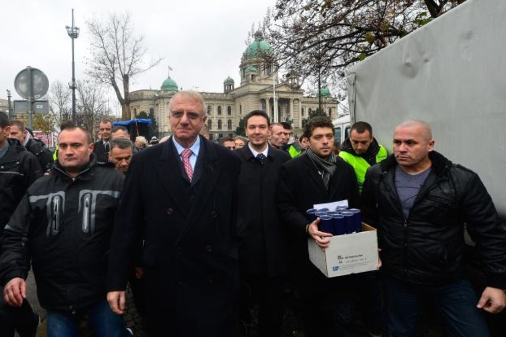 (VIDEO) PROTEST SRS ISPRED PREDSEDNIŠTVA: Šešelj doneo 10 diploma