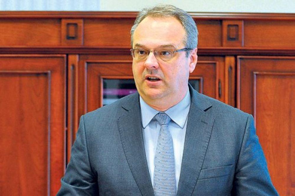 SRAMOTNO: Novinar fizički sprečen da postavi pitanje ministru Željku Sertiću!