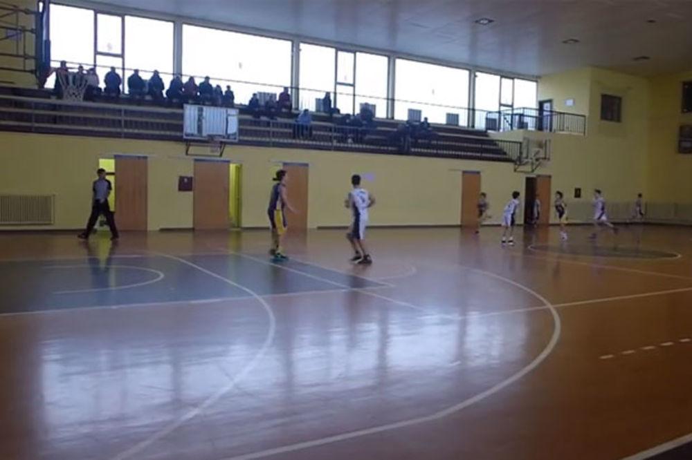 (VIDEO) UČIO OD KECMANA: Pogledajte trojku mladog srpskog košarkaša sa više od pola terena!