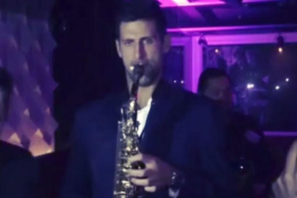 (VIDEO) OVO NIKADA NISTE VIDELI: Pogledajte kako Đoković svira saksofon