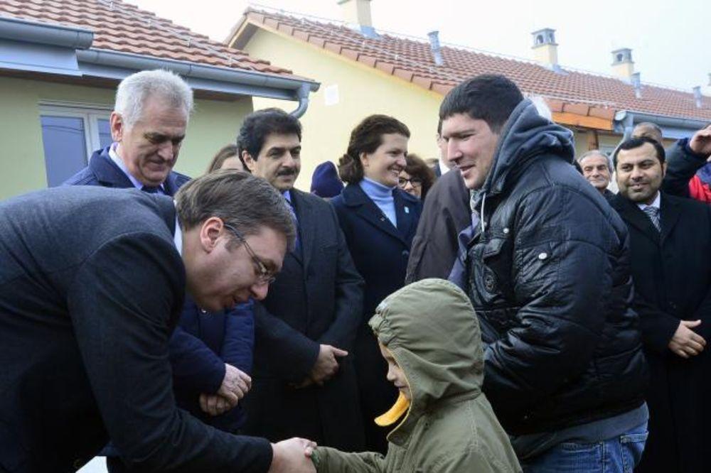 (VIDEO) OBRENOVAC: Nikolić i Vučić porodicama uručili ključeve 39 novih kuća
