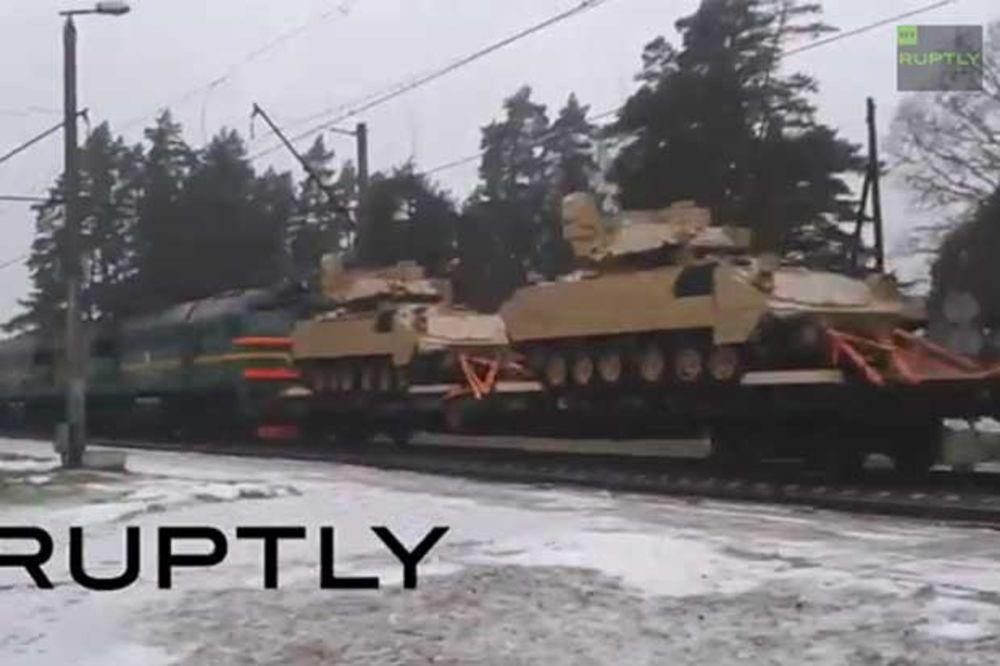 (VIDEO) UZBUNA U MOSKVI: Konvoj američkih oklopnih vozila u blizini granice Rusije!