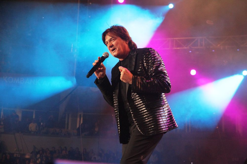 (VIDEO) DELIRIJUM U ARENI: Legendarni Čola okupio bivšu Jugu na koncertu!