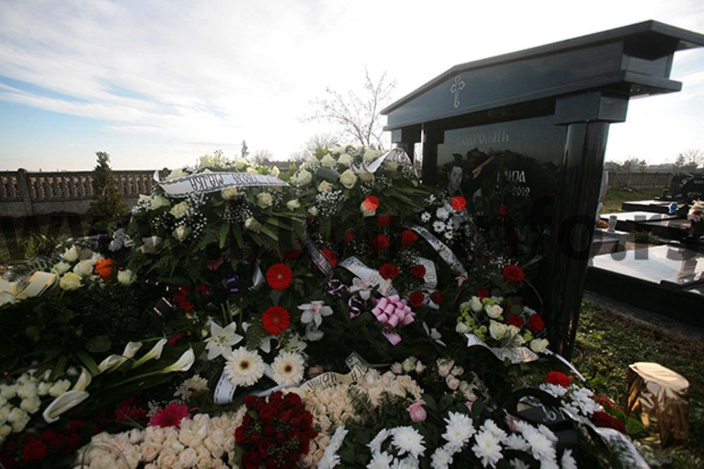 (FOTO) TUGA U SIRIGU: Poslednjem ispraćaju od Ivane Bodrožić prisustvovali političari i estrada