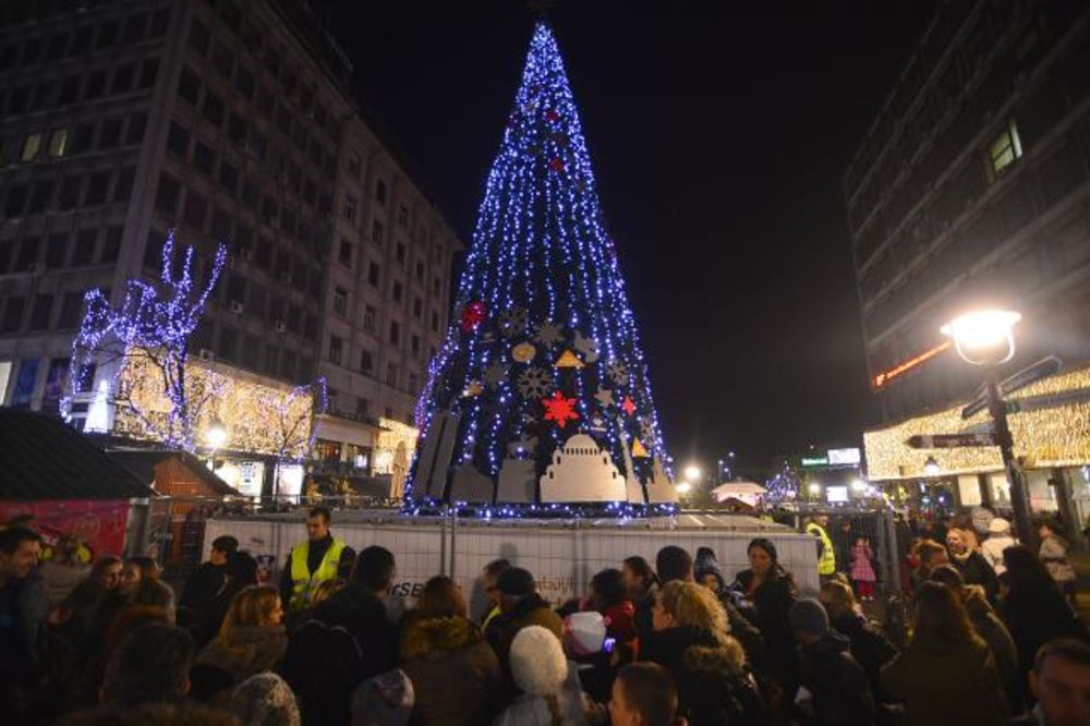 (FOTO) NOVOGODIŠNJA ČAROLIJA: Zasvetlela najviša jelka u Beogradu