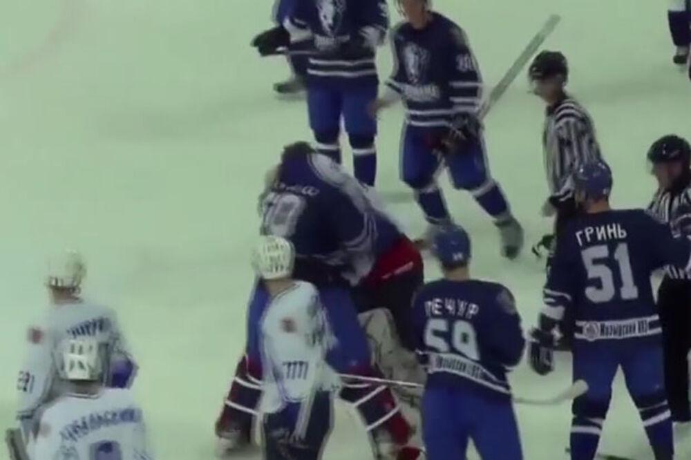 (VIDEO) PRŠTALO NA SVE STRANE: Pogledajte tuču hokejaških golmana u Belorusiji