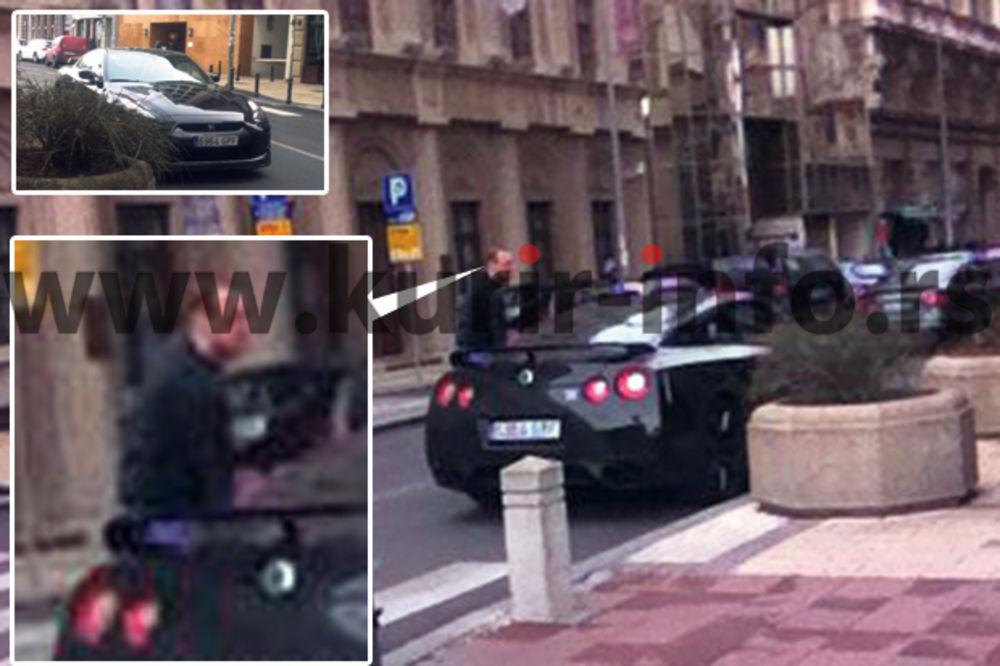 PAPARACO: Igor Rakočević parkirao tik uz pešački prelaz!