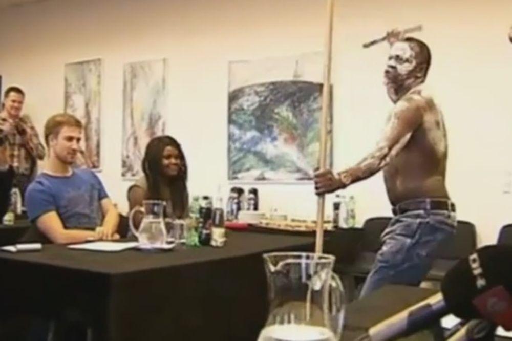 (VIDEO) I TO JE MOGUĆE: Roditelji prekinuli konferenciju za štampu svog sina egzotičnim plesom