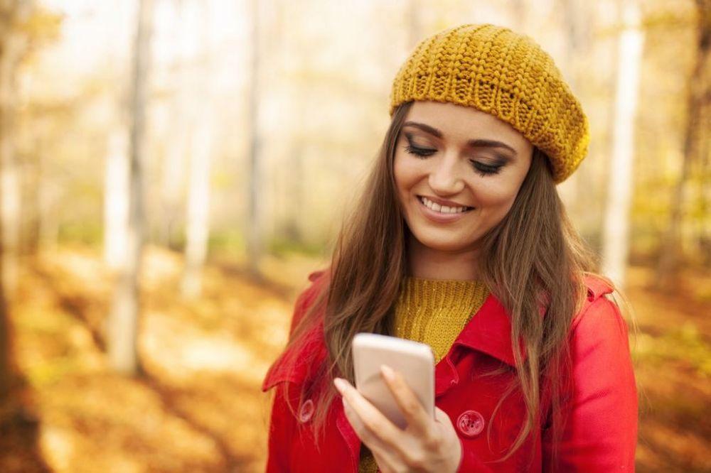devojka, mobilni, sms foto shutterstock